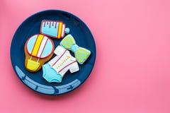 Торжество дня рождения ребенка с печеньями пряника на плите на розовом красочном космосе взгляд сверху предпосылки для текста Стоковая Фотография RF