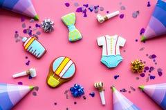 Торжество дня рождения ребенка с печеньями пряника на розовой красочной картине взгляд сверху предпосылки Стоковое Изображение RF