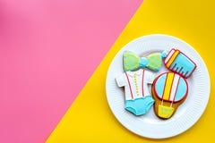 Торжество дня рождения ребенка с печеньями пряника на розовом и желтом ярком космосе взгляд сверху предпосылки для текста Стоковые Фотографии RF