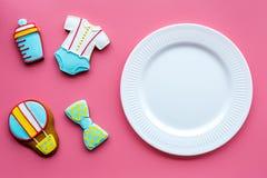 Торжество дня рождения ребенка с печеньями пряника на розовом красочном космосе взгляд сверху предпосылки для текста Стоковое Изображение RF