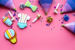 Торжество дня рождения ребенка с печеньями пряника на розовом красочном космосе взгляд сверху предпосылки для текста Стоковые Фото