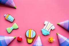 Торжество дня рождения ребенка с печеньями пряника на розовом красочном космосе взгляд сверху предпосылки для текста Стоковая Фотография