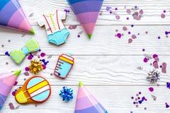Торжество дня рождения ребенка с рамкой печений пряника на белом деревянном космосе взгляд сверху предпосылки для текста Стоковые Изображения