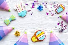 Торжество дня рождения ребенка с рамкой печений пряника на белом деревянном космосе взгляд сверху предпосылки для текста Стоковое Изображение