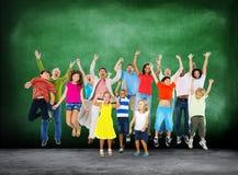 Торжество детей скача восторженная концепция счастья Стоковое Изображение RF