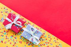 Торжество, идеи концепций предпосылок партии с красочным настоящим моментом подарочной коробки Стоковые Фотографии RF