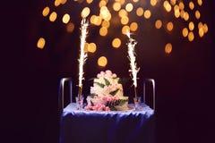 Торжество, именниный пирог праздника с свечами и фейерверки, b стоковые изображения
