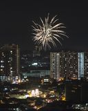Торжество китайского Нового Года с фейерверком над азиатским пригородом Стоковые Изображения