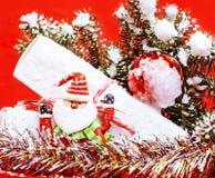 Торжество Нового Года, вещество праздника рождества, дерево, игрушки, украшение с снегом, шляпой красного цвета santas Стоковое фото RF