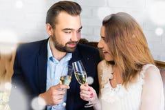 Торжество Нового Года - молодая красивая пара с стеклами ch Стоковая Фотография RF