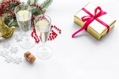 Торжество 2018 Нового Года с елевой ветвью, шампанским в стеклах и настоящим моментом в коробке на белой насмешке предпосылки вве Стоковое Изображение RF