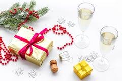Торжество 2018 Нового Года с елевой ветвью, шампанским в стеклах и настоящим моментом в коробке на белой предпосылке Стоковое Изображение