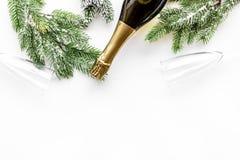 Торжество 2018 Нового Года с елевой насмешкой взгляд сверху предпосылки ветви, шампанского и таблицы стекел белой вверх Стоковые Фотографии RF