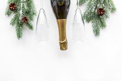 Торжество 2018 Нового Года с елевой насмешкой взгляд сверху предпосылки ветви, шампанского и таблицы стекел белой вверх Стоковое фото RF