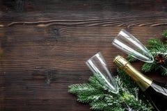 Торжество 2018 Нового Года с елевой насмешкой взгляд сверху предпосылки ветви, шампанского и деревянного стола стекел вверх Стоковое фото RF