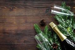 Торжество 2018 Нового Года с елевой насмешкой взгляд сверху предпосылки ветви, шампанского и деревянного стола стекел вверх Стоковое Изображение