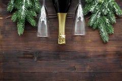 Торжество 2018 Нового Года с елевой насмешкой взгляд сверху предпосылки ветви, шампанского и деревянного стола стекел вверх Стоковые Изображения RF