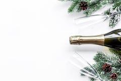 Торжество 2018 Нового Года с елевой насмешкой взгляд сверху предпосылки ветви, шампанского и таблицы стекел белой вверх Стоковое Изображение
