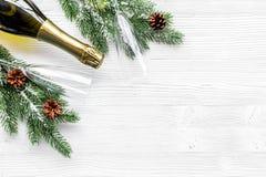 Торжество 2018 Нового Года с елевой насмешкой взгляд сверху предпосылки ветви, шампанского и таблицы стекел белой вверх Стоковые Фото