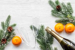 Торжество 2018 Нового Года с елевой насмешкой взгляд сверху предпосылки ветви, апельсинов, шампанского и таблицы стекел белой вве Стоковые Фото