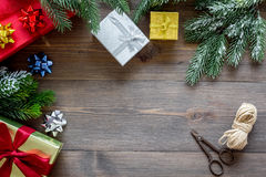 Торжество 2018 Нового Года с настоящими моментами и коробками на деревянной насмешке veiw верхней части предпосылки вверх Стоковое фото RF
