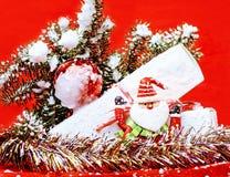Торжество Нового Года, вещество праздника рождества, дерево, игрушки, украшение с снегом, шляпой красного цвета santas Стоковая Фотография RF