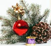 Торжество Нового Года, вещество праздника рождества, дерево, игрушки, картина украшения на белой предпосылке, открытке Стоковые Фотографии RF