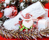 Торжество Нового Года, вещество праздника рождества, дерево, игрушки, украшение с снегом, шляпой красного цвета santas Стоковые Фотографии RF