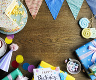 Торжество дня рождения с тортом представляет космос экземпляра карточки Стоковые Изображения RF