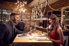 Торжество дня ` s валентинки в ресторане Стоковое Фото