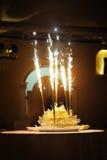 Торжество! Пламенеющий свадебный пирог против черной предпосылки Стоковые Фото
