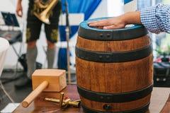 Торжество символа бочонка пива Oktoberfest традиционного немецкого фестиваля пива традиционного праздника купать детенышей жизнер Стоковая Фотография