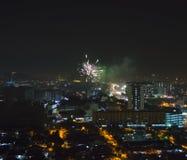 Торжество с фейерверком над азиатским пригородом Стоковое Изображение RF