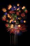 Торжество фейерверков и ноча города освещают предпосылку Стоковые Фото