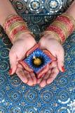 Торжество Diya Diwali на женской руке Стоковое Фото
