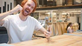 Торжество excited дизайнером бороды Redhead в кафе акции видеоматериалы