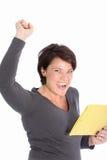 Торжествующая весточка ликования женщины в письме стоковая фотография