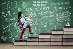Тормозная девушка с книгами и doodles Стоковые Изображения
