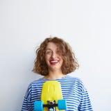 Тормозная курчавая молодая женщина изолированная на белой предпосылке стоковая фотография