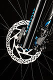 тормозная система дискового тормоза велосипеда горы на темной предпосылке Стоковые Фотографии RF