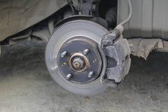 Тормозная шайба автомобиля без крупного плана колес стоковые изображения