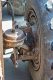 Тормозы колеса старый экскаватор на день улицы стоковое изображение rf