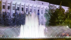 Торнадо фонтана занятности музыкальный в hyperlapse timelapse ночи Uralsk сток-видео