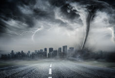 Торнадо на дороге дела - драматическая погода стоковые фото
