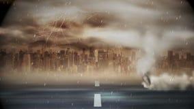 Торнадо дуя над дорогой во время шторма