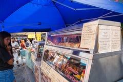 ТОРОНТО, ДАЛЬШЕ, КАНАДА - 29-ОЕ ИЮЛЯ 2018: Латино-американская стойка еды в рынке Kensington в Торонто стоковое изображение rf