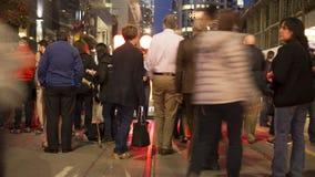 Торонто, ДАЛЬШЕ, Канада - 9-ое сентября 2017 - видео timelapse посетителей фестиваля представляя перед неоновой вывеской tiff при видеоматериал