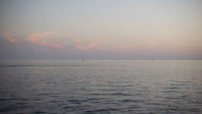 Торонто, ДАЛЬШЕ, Канада - 23-ье сентября 2017 - видео timelapse захода солнца на Lake Ontario с быстроходными катерами и jetskies сток-видео