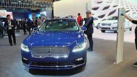 Торонто, Канада, 20-ое февраля 2018: Новая модель седана Линкольна на большой автомобильной выставке в Торонто сток-видео