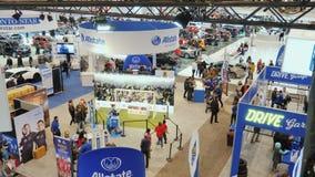Торонто, Канада, 20-ое февраля 2018: Огромный выставочный зал автосалона Торонто Стойки водя автомобилестроители и много видеоматериал